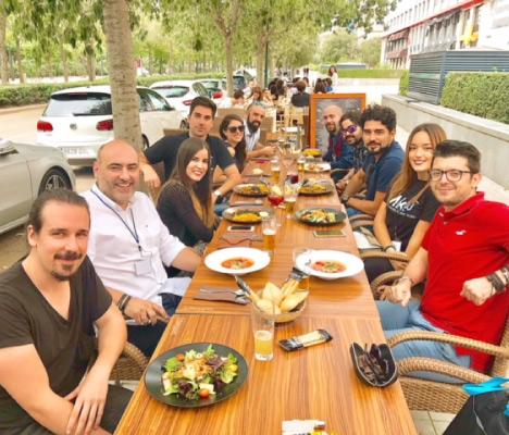 ejemplo de networking la comida con asistentes o ponentes en los eventos